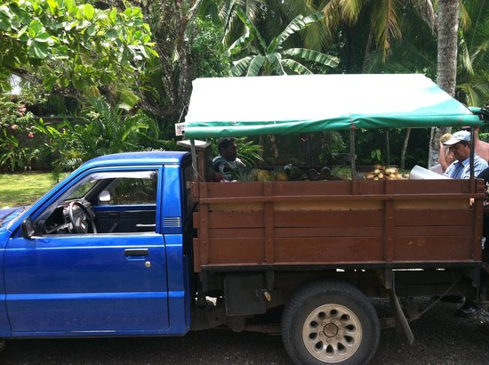 Encantada Ocean Cottages: Fruit truck rolling into Encatada
