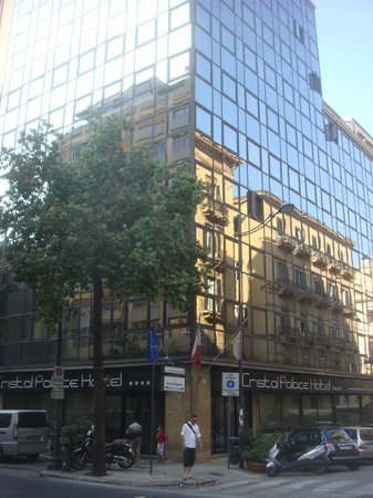 Cristal Palace Hotel: Vista del hotel, sobre Via Roma