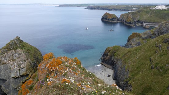 Mullion Cove Hotel: Looking towards mullion Cove, hotel top right.