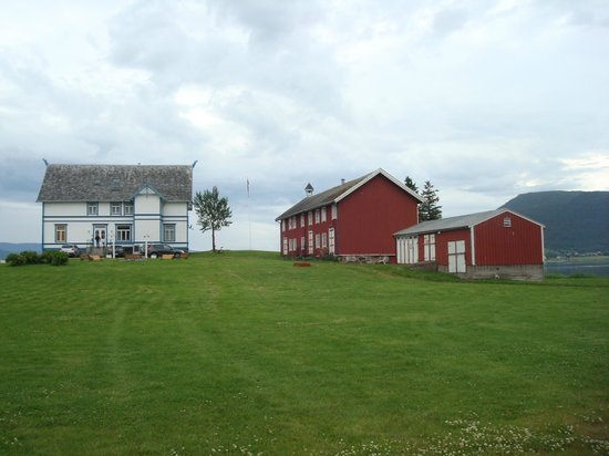 Sandtorgholmen Hotel: The old farmhouse up on a hill (some of the rooms are in the house)