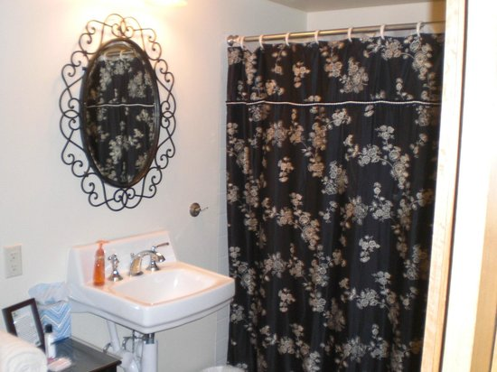 Lake Orchard Farm Retreat: Helene's Bathroom