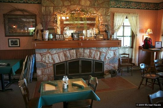 Chamberlin's Ole Forest Inn: Dining room fireplace