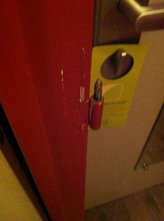 Le Relais de Vellinus Logis: old door hinges left uncovered
