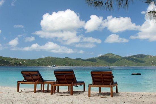 Guana Island: Lounge chairs at the Beach