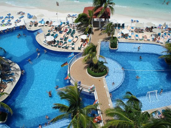 Hotel Riu Cancun: view of pool from suite