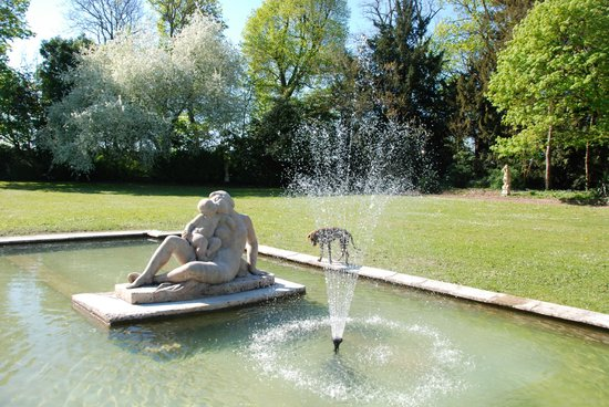 Chateau de Jalnay : pond with statue