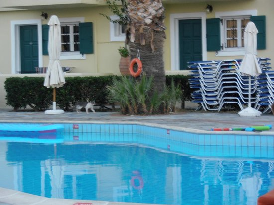 Sunrise Apartments: pool area