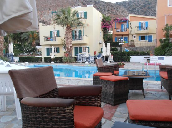 Sunrise Apartments: pool area and apartments