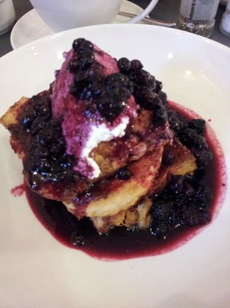 Riverhill Deli & Cafe: French Toast with berries and ricotta