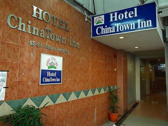 Hotel China Town Inn : 夜は屋台が立ち並びわかりにくい入口