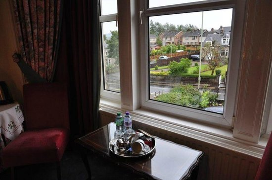 Rowanlea Guest House: Large window offering view over town