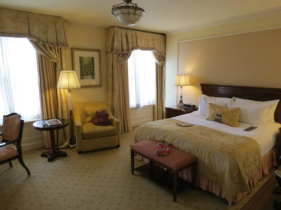The Shelbourne Dublin, A Renaissance Hotel : Bedroom over the Green