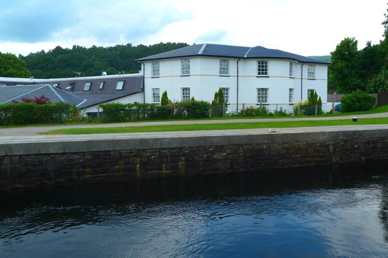The Moorings Hotel: View of hotel from the canal side