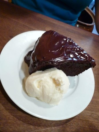 Cafe Concerto: Warmed chocolate cake with ice cream
