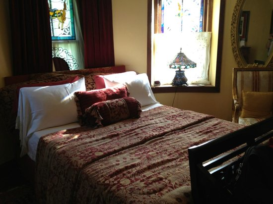 Stone Manor Vineyard & Orchard B&B: Full size bed not queen