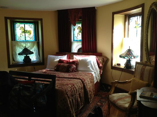 Stone Manor Vineyard & Orchard B&B: Looking from bathroom into Turret room