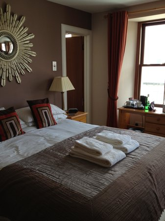 Fort Charlotte Guest House: Comfy king bed in room with another twin bed