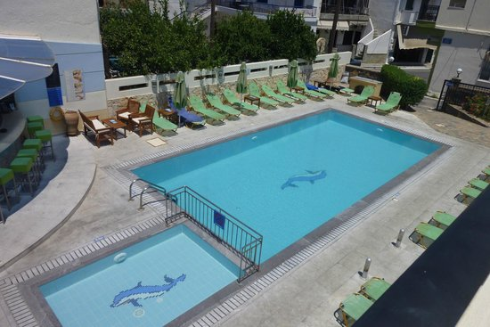 Olive Grove Apartments: View of OGA pool from apartment balcony