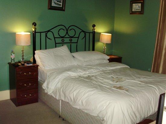 Adare Bed & Breakfast: Chambre douillette mais un peu étroite pour deux.