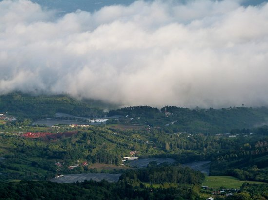 Poas Lodge and Restaurant: Clouds rolling in