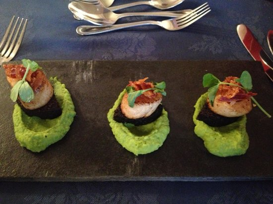 Queens Hotel: Scallops on black pudding with pea puree