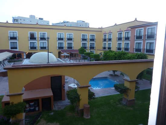 Fiesta Inn Queretaro: vue sur piscine