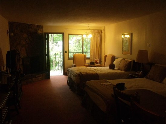 Brookside Resort: Large double queen room, very relaxing.  Just 1 light on at this time.
