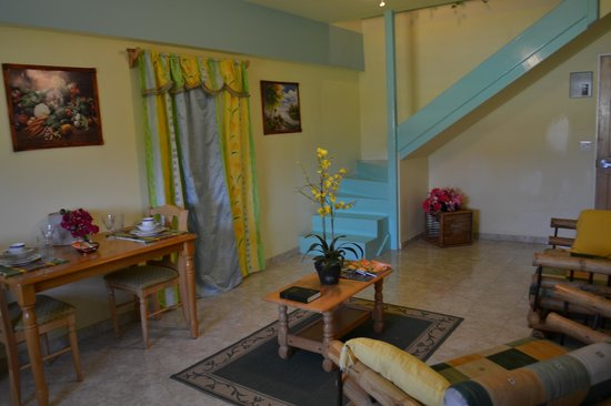 Caribbean Holiday Apartments: Living Room at Valley Creek Hotel