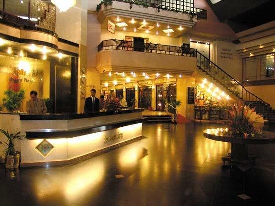 Regent Plaza Hotel: Lobby at Night