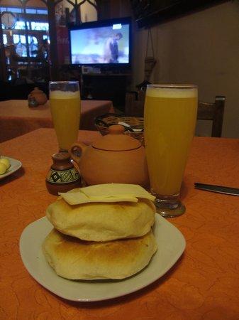 Quechuas Backpackers: Café da manhã com sucos e pães