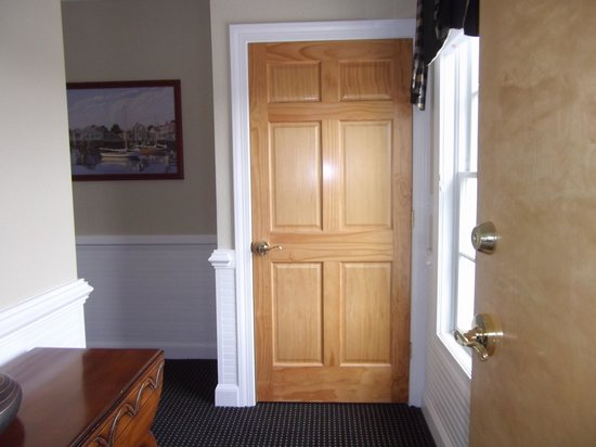 Smithfield Station: Entry foyer to the Lodge King Junior Suite