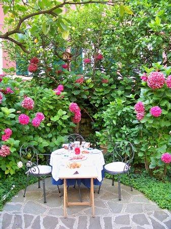 Il Giardino Incantato Bed and Breakfast: Breakfast in heaven awaits!