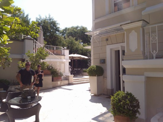 Hotel Villa Duse: patio and front