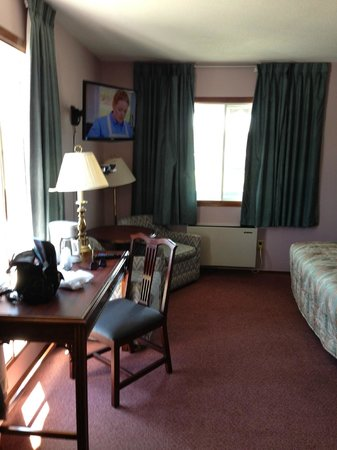 The Bavarian Inn: Room, complete with non operable lamp in the corner.