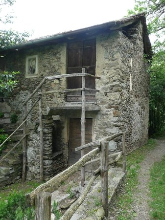 Old stone house along the track foto di sentiero del for Old house tracks