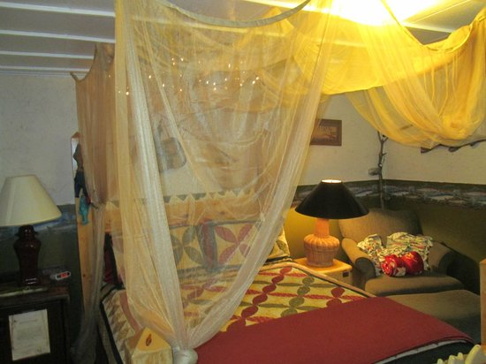 Dripping Springs Resort: Riverside Room Canopy Bed
