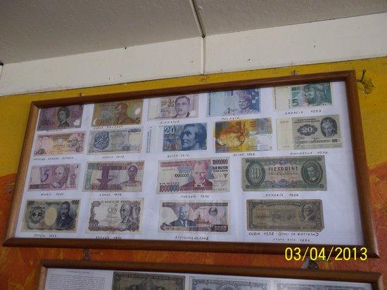 Restaurante El Navegante: Particular de la colección de billetes de 110 Paises extranjeros