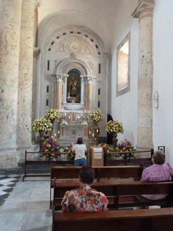 St. Catherine of Alexandria Cathedral: vista de uno de los altares laterales