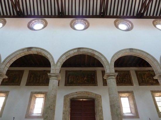St. Catherine of Alexandria Cathedral: vista del interior , bajo la galeria el via crusis en relieves