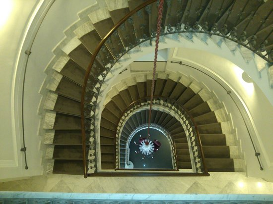 Hotel Palazzo Decumani: the beautiful staircase outside our room