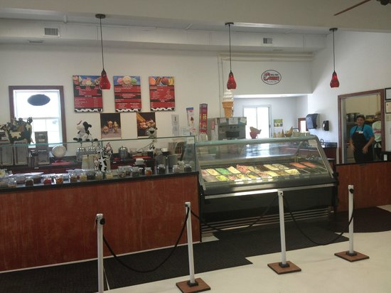 Rocky Point Creamery: Bright and cheery inside