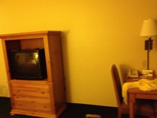 Country Inn & Suites by Radisson, Appleton, WI: old school tv
