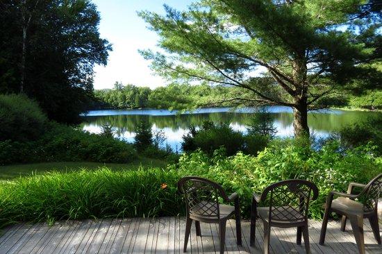 Chateau Beauvallon Mont Tremblant: Lac sur le terrain de l'hôtel