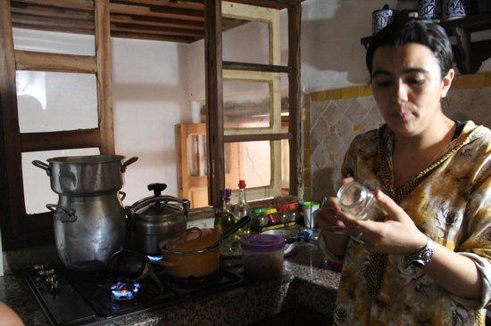 Dar Naima: A proprietária cozinhando