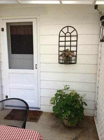 Sweet Virginia's Bed and Breakfast: Back covered patio