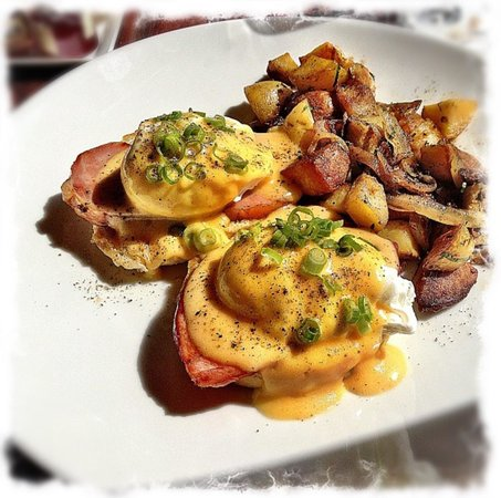 NINE-TEN Restaurant & Bar : I had the Eggs Benedict for breakfast.