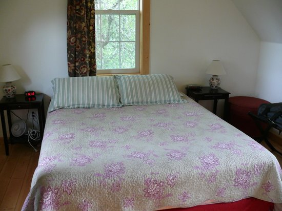 Traleika Mountaintop Cabins: Queen size bed in Birchcrest Cabin