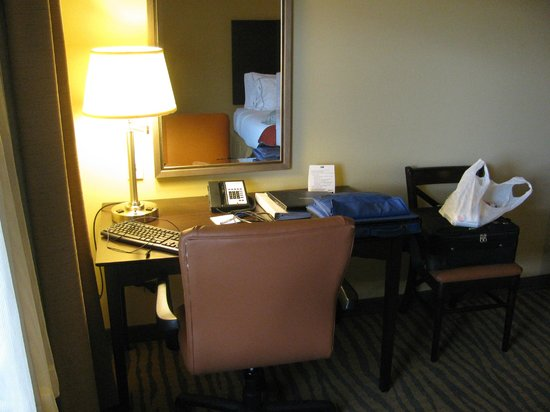 Holiday Inn Express & Suites Gallup East: Desk for your computer