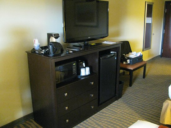 Holiday Inn Express & Suites Gallup East: TV, microwave, fridge, coffee stuff