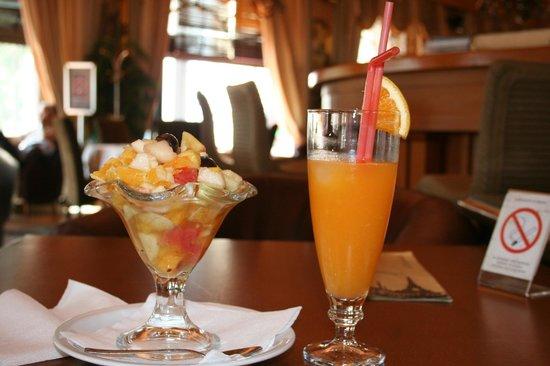 Balkan Orient Express Hotel: 右のオレンジジュースはオススメ!